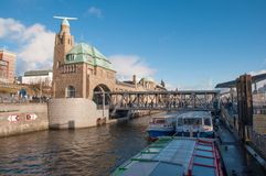 Landungsbrucken pir i Elbet River royaltyfria foton