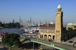 Landungsbrucken z harbuor i dokami na Elbe rzece, Hamburg, G Zdjęcia Royalty Free