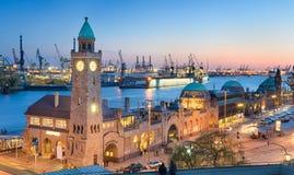 Landungsbruecken e o porto em Hamburgo, alemão Fotos de Stock Royalty Free