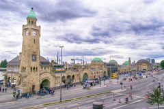 Landungsbruecken et le port à Hambourg, Allemagne photos stock
