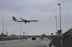 Landungsflugzeug sehr nah zur Landung in Kopenhagen-Flughafen in Dänemark Lizenzfreies Stockfoto