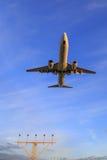 Landungsflugzeuge über Landescheinwerfern Stockbilder