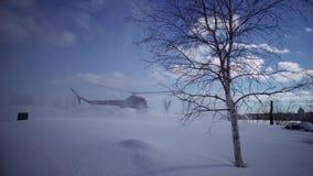 Landungshubschrauber MI-2 auf dem schneebedeckten Hubschrauber-Landeplatz stock video footage