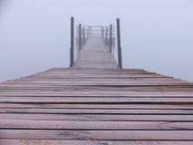 Landungstufe im Nebel Lizenzfreie Stockbilder