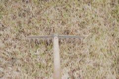 Landvoorbereiding van een privé perceel voor het planten van vers gras stock afbeeldingen
