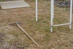 Landvoorbereiding van een privé perceel voor het planten van vers gras stock fotografie