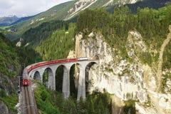 Landwasserviaduct met trein, Filisur, Zwitserland stock foto