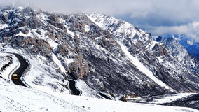 Landweg bij sneeuwberg Stock Fotografie