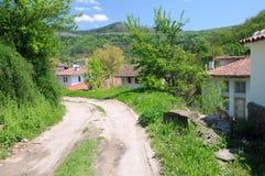 Landweg in Bulgaars Dorp stock fotografie