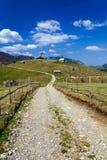 Landweg in de bergen Stock Afbeelding