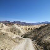 Landweg in de Vallei van de Dood. Stock Foto's