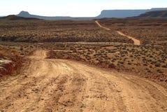 Landweg in de woestijn royalty-vrije stock afbeelding