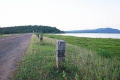 Landweg dichtbij de rivier Stock Foto's