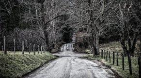Landweg die langs gebieden winden royalty-vrije stock afbeelding