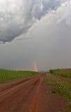 Landweg die tot de regenboog leidt Royalty-vrije Stock Foto