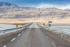 Landweg door behandelde bergsneeuw Royalty-vrije Stock Fotografie