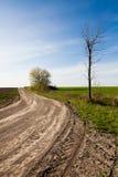 Landweg en Blauwe Hemel Royalty-vrije Stock Afbeeldingen