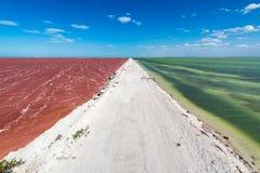 Landweg en Kleurrijk Water royalty-vrije stock afbeelding