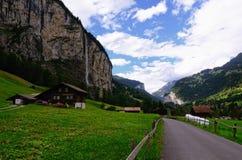Landweg en Landbouwbedrijfhuizen in de Vallei & x28 van Lauterbrunnen; Jungfraugebied, Zwitserse Alps& x29; Stock Foto