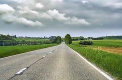 Landweg in het platteland in het zuiden van België, royalty-vrije stock fotografie