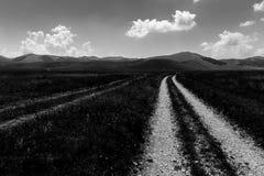 Landweg in het Sibillini-park royalty-vrije stock afbeelding