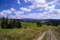 Landweg in landelijk platteland Stock Afbeelding