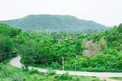 Landweg met Bergen in het land van Thailand Stock Foto