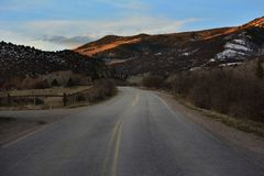 Landweg met bergen op de achtergrond stock fotografie