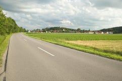 Landweg met dramatische hemel in openlucht. Stock Foto's