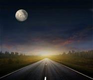 Landweg met een donkere hemel Royalty-vrije Stock Foto's