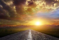 Landweg met een donkere hemel Royalty-vrije Stock Afbeeldingen