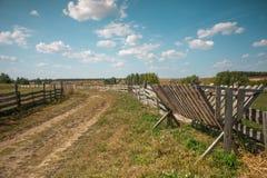 Landweg met houten omheining Royalty-vrije Stock Afbeeldingen
