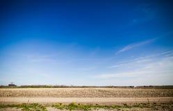 Landweg met verbazende blauwe hemel Royalty-vrije Stock Afbeelding