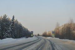 Landweg met voetgangersoversteekplaats Royalty-vrije Stock Fotografie