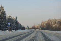 Landweg met voetgangersoversteekplaats Stock Foto's
