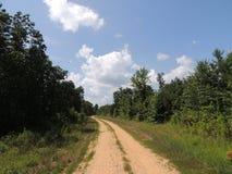Landweg onder blauwe hemel Royalty-vrije Stock Fotografie