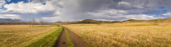 Landweg op gebied met cirkelende toerist Stock Afbeeldingen