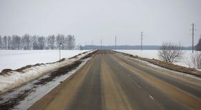Landweg in Rusland in de winter royalty-vrije stock afbeeldingen