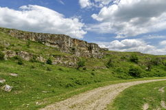 Landweg stenen-kuil bij Zavet-stad Royalty-vrije Stock Foto's
