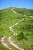 Landweg tot de heuvel Stock Afbeeldingen