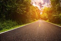 Landweg tussen district aan de stad met motieonduidelijk beeld, Reismanier van reiziger aan de aard, Weg in de berg Stock Afbeeldingen