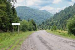 Landweg tussen kleine regelingen in de Karpaten Stock Afbeelding