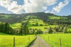Landweg in Westendorf, Brixental-Vallei in Tirolean Alpen, Oostenrijk, stock afbeelding