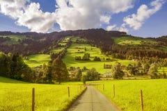 Landweg in Westendorf, Brixental-Vallei in Tirolean Alpen, Oostenrijk, stock afbeeldingen