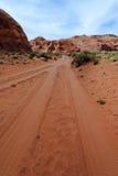 Landweg in woestijn Stock Afbeeldingen