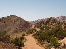 Landweg in woestijnvallei Stock Fotografie