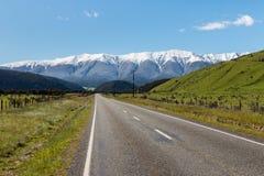 Landweg in Zuidelijke Alpen in Nieuw Zeeland Stock Afbeelding