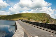 Landweggen over de dammen van de Elan vallei van Wales Stock Afbeelding