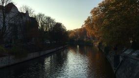 Landwehrkanal kanal i nedgången i Berlin, Kreuzberg - solig sen eftermiddag, färgrika träd lager videofilmer