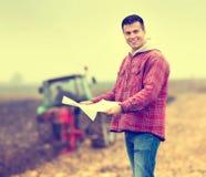 Landwirt auf Feld lizenzfreie stockfotografie